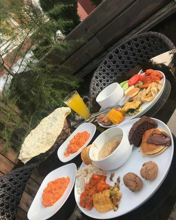 بهترین کافه رستوران رشت برای خوردن صبحانه در چوبی پلاس